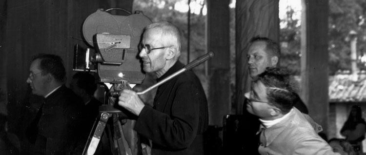 Padre Alberione filmando con una cámara de cine