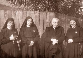La hermana tecla junto al Padre Alberione y otras hermanas